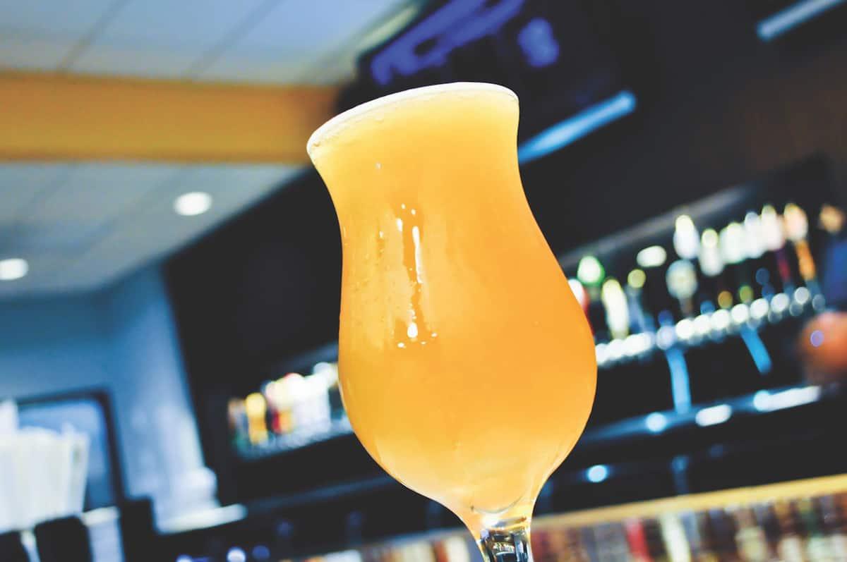 birra-servita-in-un-bicchiere-ghiacciato-senza-schiuma-copia
